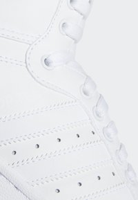 adidas Originals - TOP TEN HI SHOES - Sneakers basse - white - 9