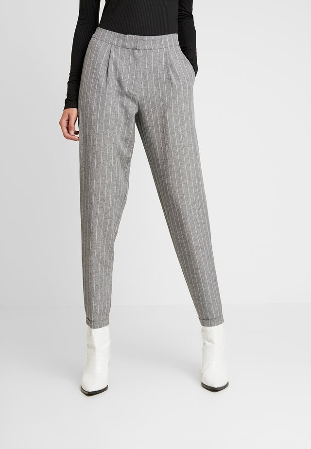 PCNILAN ELI ANKLE PANTS - Trousers - medium grey melange/white