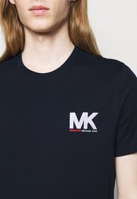 Michael Kors - SPORT LOGO TEE - Print T-shirt - dark midnight - 4