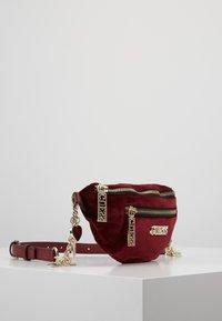 Guess - RONNIE - Bum bag - merlot - 3