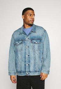 Levi's® Plus - BIG TRUCKER - Veste en jean - light-blue-denim - 0
