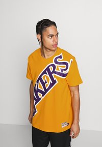 Mitchell & Ness - NBA LA LAKERS BIG FACE LAKERS TEE - Article de supporter - gold - 0