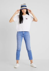 Tommy Jeans - BADGE TEE - T-shirt - bas - classic white - 1