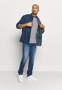 Tommy Jeans - STRIPE TEE - T-shirt z nadrukiem - twilight navy / white - 1