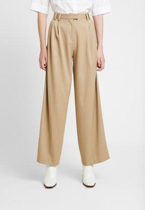 STRIPE WIDE LEG TROUSERS - Kalhoty - camel