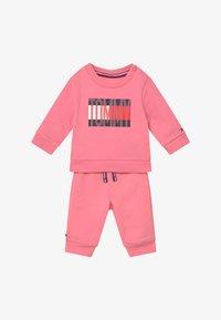 Tommy Hilfiger - BABY FLAG TRACKSUIT SET - Survêtement - pink - 3