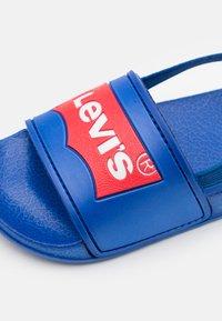 Levi's® - POOL MINI UNISEX - Sandalen - royal blue - 5