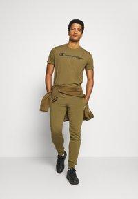 Champion - CUFF PANTS - Teplákové kalhoty - olive melange - 1