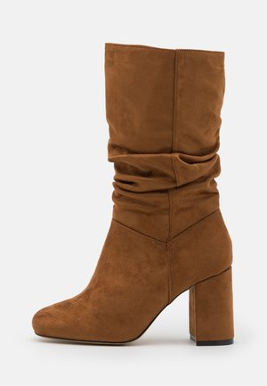 WIDE FIT RUCHED BOOT - Boots - tan