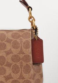 Coach - SIGNATURE SHAY CROSSBODY - Handbag - tan/rust - 4