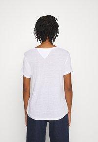 Tommy Jeans - REGULAR SCOOP NECK TEE - T-shirt basic - white - 2