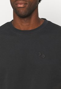 pinqponq - UNISEX - T-shirt basic - peat black - 5