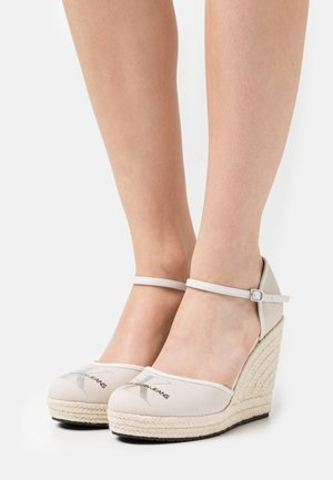 WEDGE CLOSE TOE  - Plateaupumps - white sand