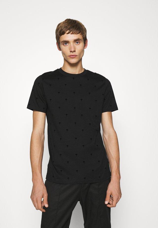 PANOS - Print T-shirt - black/cornflower