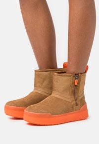 UGG - CLASSIC TECH MINI - Snowboots  - chestnut - 0