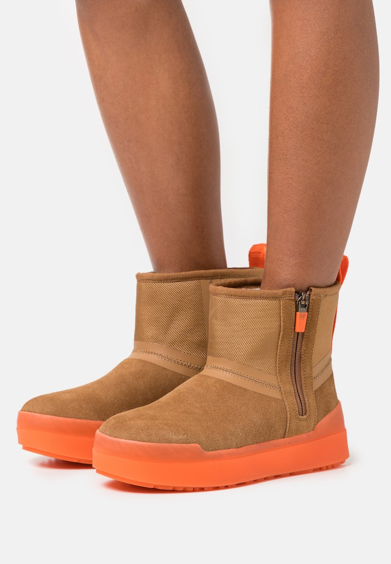 UGG - CLASSIC TECH MINI - Winter boots - chestnut