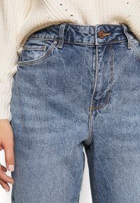 New Look Petite - WAIST ENHANCE MOM HARRY - Relaxed fit jeans - mid blue - 4