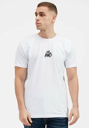 KISHANE  - T-shirt med print - optic white