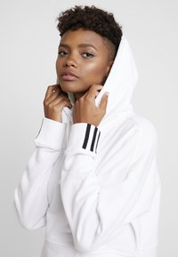adidas Originals - CROP HOOD - Bluza z kapturem - white - 3