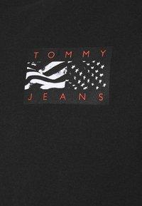 Tommy Jeans - BACK FLAG TEE UNISEX - T-shirt med print - black - 6