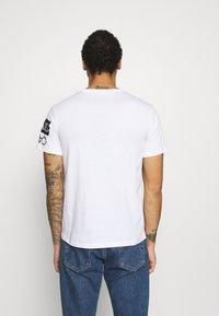 Calvin Klein Jeans - MIRROR LOGO SEASONAL TEE - T-shirt con stampa - bright white - 2