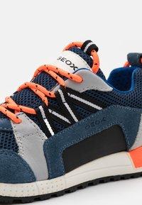 Geox - ALBEN BOY - Sneakers laag - avio/grey - 5