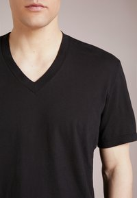 James Perse - V-NECK TEE - T-shirt basic - black - 4