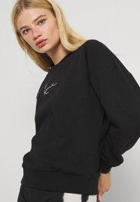 Karl Kani - SMALL SIGNATURE CREW - Sweatshirt - black - 3