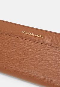 MICHAEL Michael Kors - POCKET - Lommebok - luggage - 4