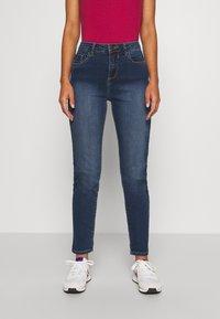 Wallis Petite - MIDWASH SCARLET - Straight leg jeans - blue - 0