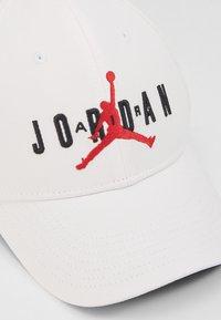 Jordan - AIR  - Cappellino - white/black/gym red - 2