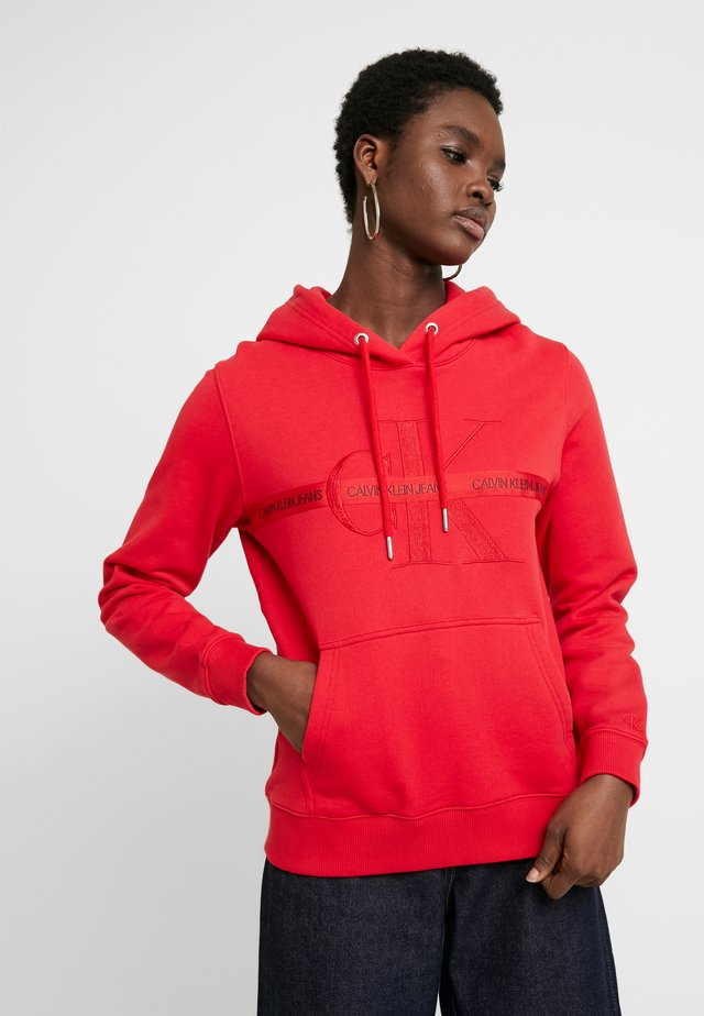 TAPING THROUGH MONOGRAM HOODIE - Bluza z kapturem - racing red