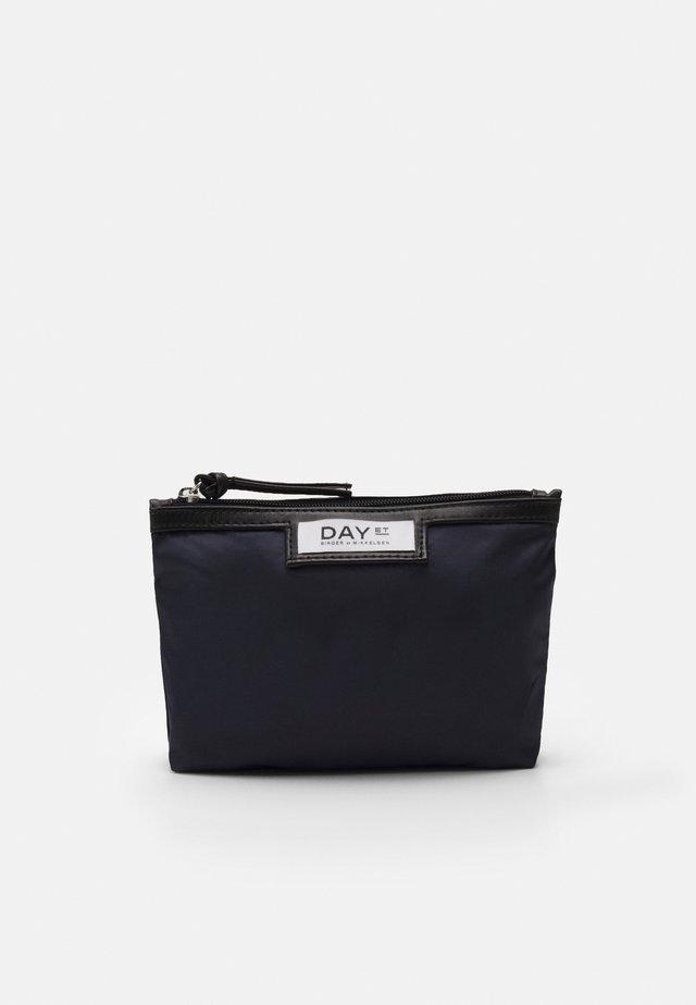 GWENETH MINI - Kosmetická taška - navy blazer