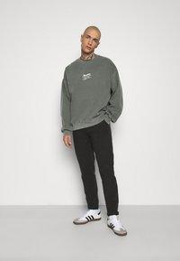 Topman - AIRES HERTIGAE - Sweater - khaki - 1