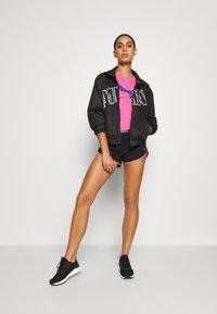Puma - TRAIN LOGO TEE - T-Shirt print - luminous pink - 1