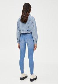 PULL&BEAR - MIT HALBHOHEM BUND - Jeans Skinny Fit - light blue - 2