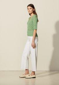 sandro - JOE - Print T-shirt - vert amande - 1