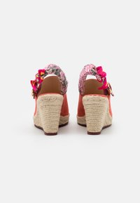 Coach - POPPY WEDGE - Sandály na vysokém podpatku - bright salmon - 3