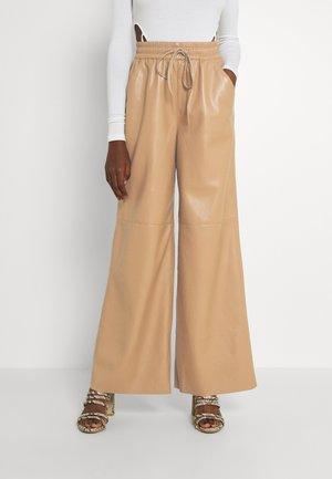 WIDE LEG - Trousers - warm carmel
