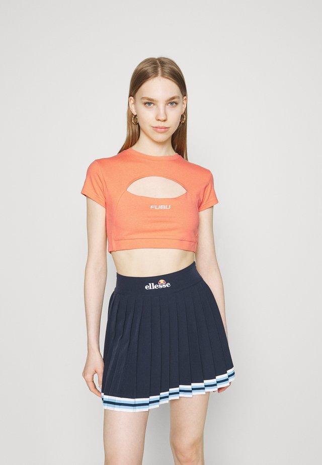 CORPORATE CUTOUT  - Print T-shirt - orange