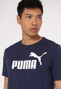 Puma - LOGO TEE - Print T-shirt - peacoat - 3