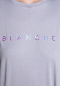 BLANCHE - MAIN HOLOGRAM - T-shirt imprimé - dove blue - 6