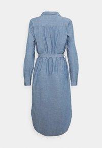 Vero Moda - VMAKELA CHAMBRAY LONG SHIRT DRES - Denimové šaty - medium blue denim - 1