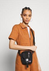 Champion Reverse Weave - SMALL SHOULDER BAG - Across body bag - black - 4