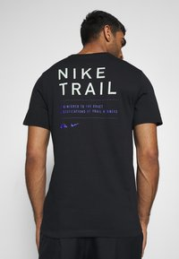 Nike Performance - DRY TEE TRAIL - Print T-shirt - black/pistachio frost - 0