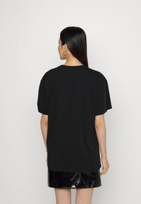 MOSCHINO - T-shirt z nadrukiem - fantasy black - 2
