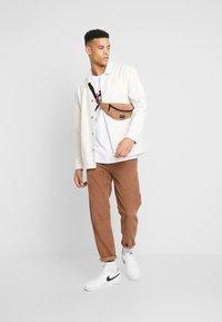 Jordan - M J CTN SS JUMP CREW - Print T-shirt - white - 1