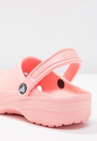 Crocs - CLASSIC - Pantoffels - melon - 2