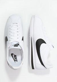 Nike Sportswear - CLASSIC CORTEZ - Sneakers basse - white/black - 1