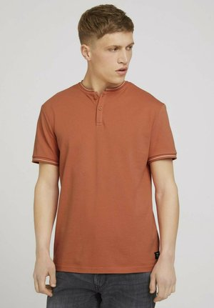 MIT STREHKRAGEN - Basic T-shirt - orange lobster